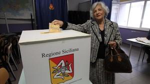 Una mujer vota en un colegio electoral de Palermo, en Sicilia.