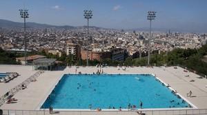 Una pisicina situada en la montaña de Montjuïc, con la ciudad de Barcelona al fondo.