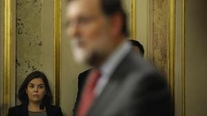 Soraya Sáenz de Santamaría asiste a una rueda de prensa de Mariano Rajoy en el Congreso, en una foto de febrero del 2016, en plenas negociaciones para formar Gobierno.