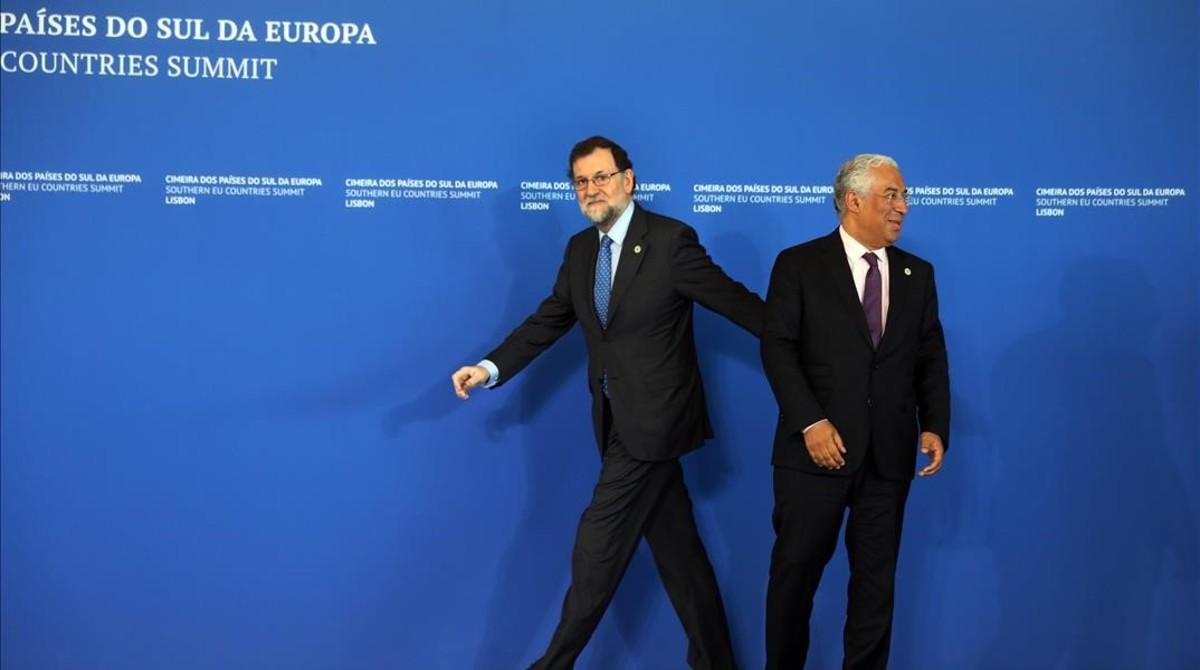 Mariano Rajoy es recibido por el primer ministro de Portugal, António Costa, a su llegada a laCumbre de Jefes de Estado y de Gobierno de los Países del Sur de la Unión Europea que se celebra en Lisboa.
