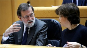 El presidente del Gobierno, Mariano Rajoy, y la vicepresidenta, Soraya Sáenz de Santamaría, este martes en la sesión de control en el Senado.
