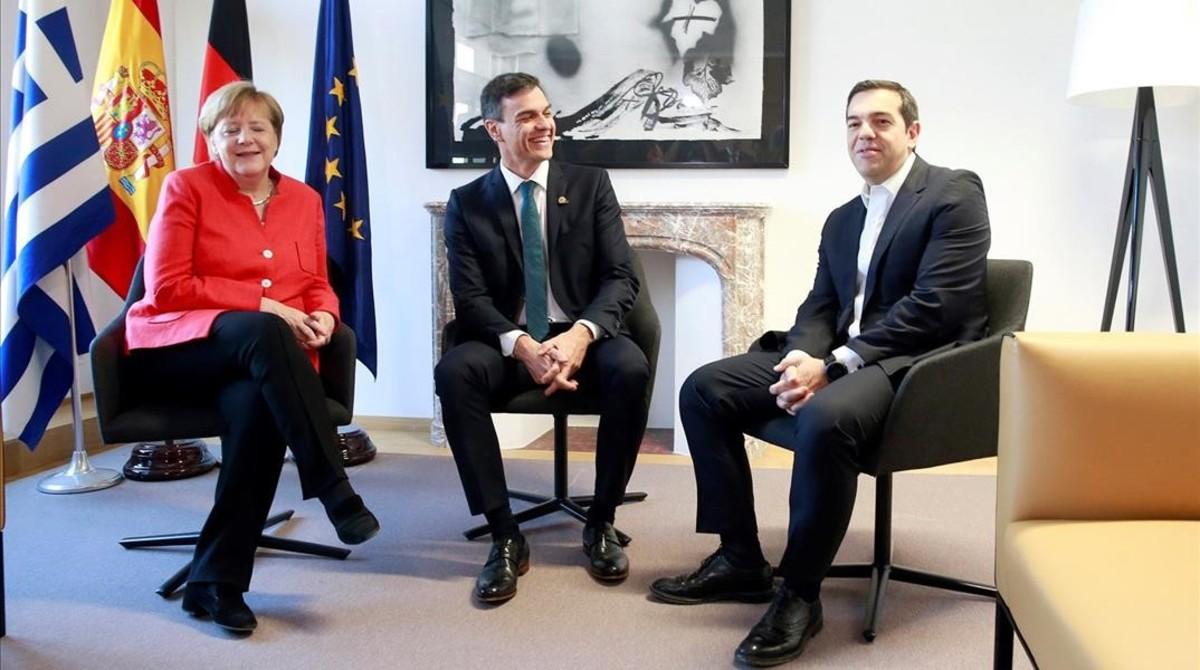 La cancillera Angela Merkel, el presidente Pedro Sanchez y el primer ministro griego, Alexis Tsipras, en el Consejo de Europa de Bruselas.