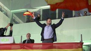 Santiago Abascal celebra el resultado de Vox ante sus seguidores en Madrid.