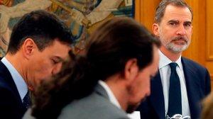 De espaldas, Pedro Sánchez y Pablo Iglesias asisten al Consejo de Ministros que, de manera extraordinaria, presidió Felipe VI el pasado 18 de febrero.