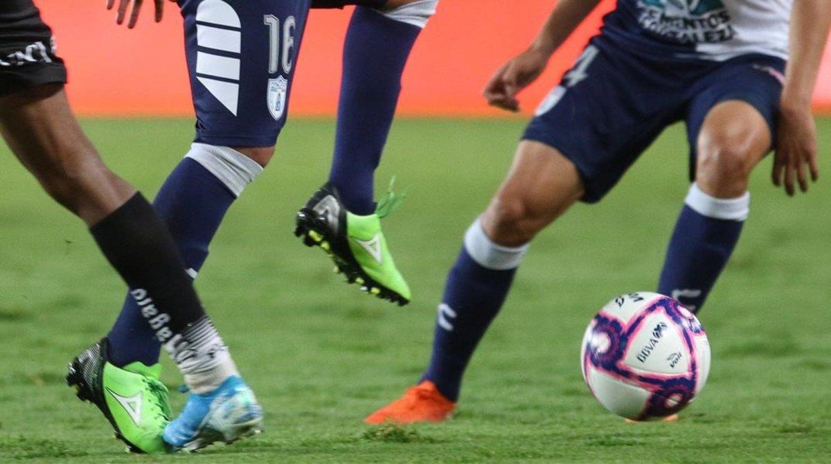 Unos futbolistas durante un partido.