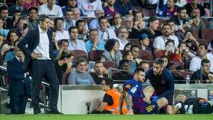 Valverde observa a Messi tras sufrir las molestias musculares en la pierna izquierda.