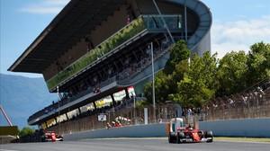 Vettel y Raikkonen pasan frente a la tribuna principal de Montmeló.