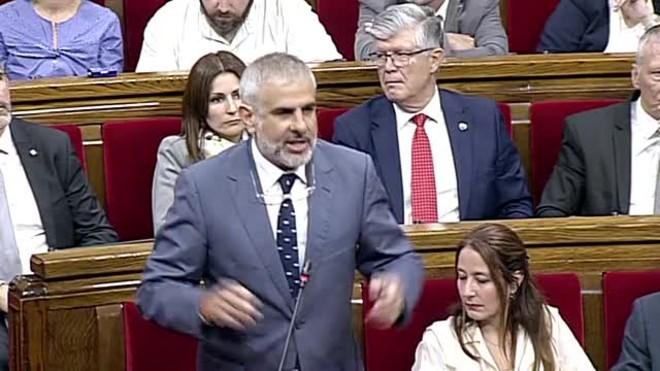 Carrizosa treu un llaç groc i Torrent suspèn el ple del Parlament