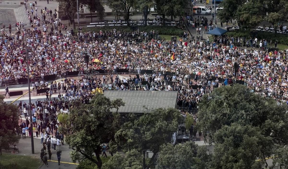 Vista general de la plaza de Catalunya durante los actos de homenaje.