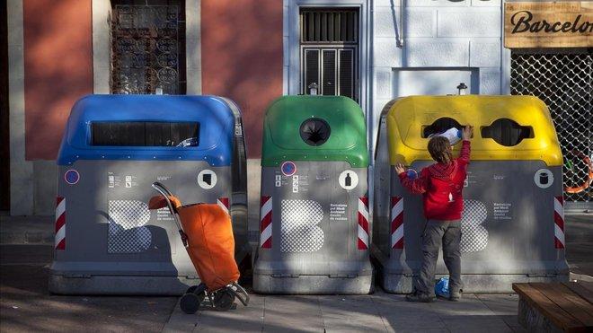 Contenedores de reciclaje en la Calle Atlántida, en la Barceloneta.