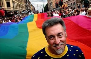Gilbert Baker, artista y activista por los derechos civiles, junto a una bandera arcoíris de 250 metros, en el desfile del orgullo gay de Estocolmo en agosto del 2003.