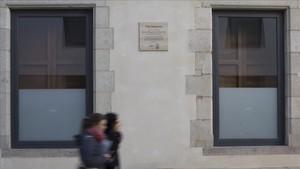 La placa-homenaje al notario Raimon Noguera que luce, desde la semana pasada, en la plaza que hay detrás del Museu Picasso.