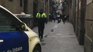 Calle Salvador del Raval cortada durante operativo policial contra un narcopiso.