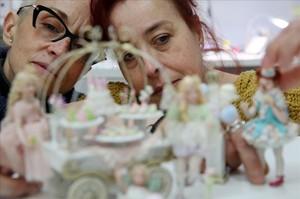 Feli Vallet y Pilar Sampietro con una de sus creaciones: una escena de cumpleaños.