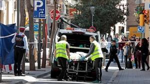 Retirada del cadáver de una mujer asesinada el jueves en Sabadell.