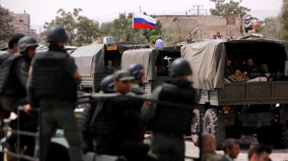 Camiones militares rusos a la entrada del cuartelWafideen, en Damasco.