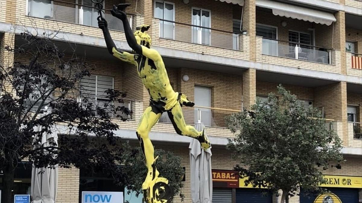El monumento a Miquel Biada, punto de inicio de la marcha unionista, pintado de amarillo.