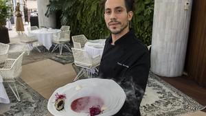 Daniel Hernandez, del restaurante La Terraza del Claris, muestra un plato de gazpacho de remolacha con ostra.