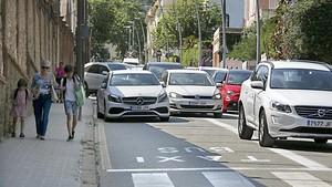 La calle de Anglí, con coches aparcados en lo que a partir del lunes será un carril bus.