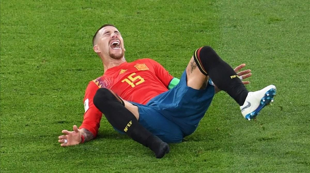 Sergio Ramos se queja tras recibir una entrada en el partido ante Marruecos.