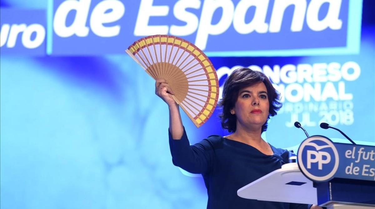 Soraya Sáenz de Santamaría, con su abanico con la bandera de España en el estrado.