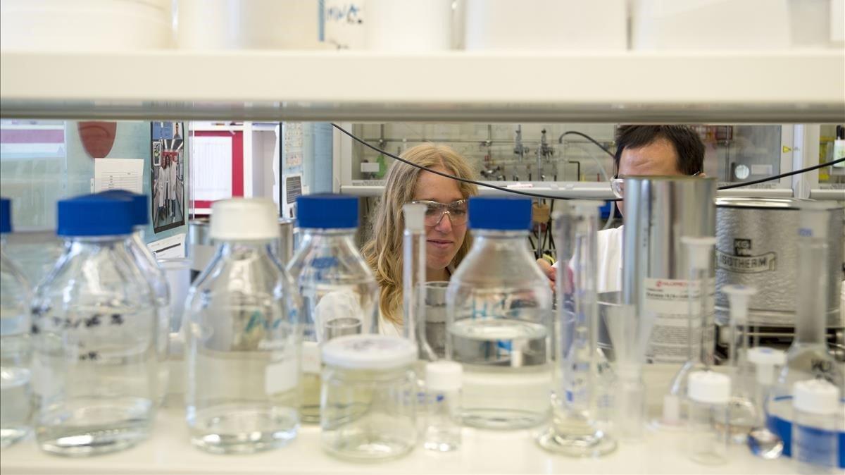 Investigadores de un centro catalán trabajan en su laboratorio