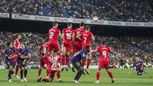 Falta lanzada por Messi vista desde detrás de la barrera del Girona.