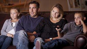 Una familia reunida en torno al televisor, una escena común en Nochevieja.