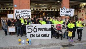 Los empleados de La Antigua Lavandera protestan frente a la fábrica de Sant Adrià del Besós ante el plan de la compañía de llevarse la producción a Sevilla.