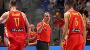 Sergio Scariolo junto a los jugadores Fran Vázquezy Alberto Abalde en el partido contra Bielorrusia clasificatorio para el Mundial.