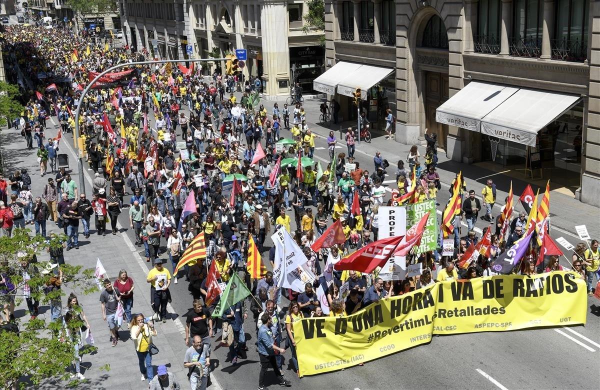 Manifestación de profesores catalanes en Barcelona. Los docentes reclaman a Educació restablecer el horario lectivo de 18 horas en secundaria y 23 en primaria.