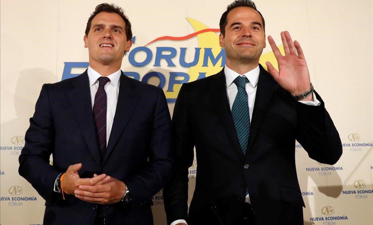 Albert Rivera e Ignacio Aguado, que saluda al público, en un acto el 20 de mayo en Madrid.
