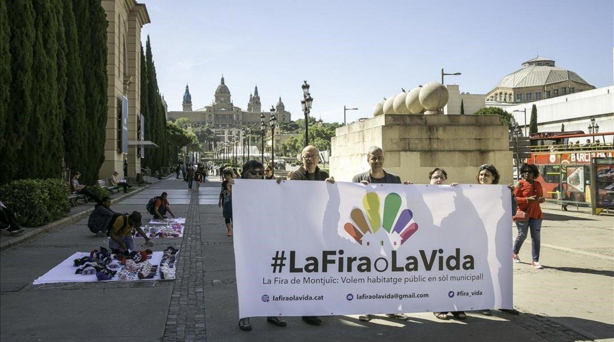 Miembros de la campaña #LaFiraoLaVida, este jueves en Montjuïc.