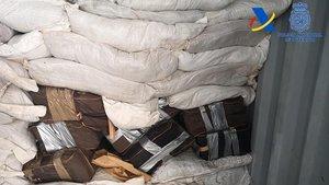 Parte de la droga hallada en un contenedor llegado al Puerto de Valencia.