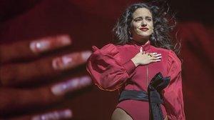 Rosalía, con la mano en el corazón, en el concierto de este sábado en el Palau Sant Jordi.