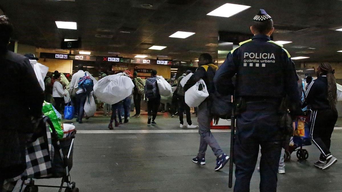 Els manters tornen al vestíbul de l'estació de Plaça de Catalunya