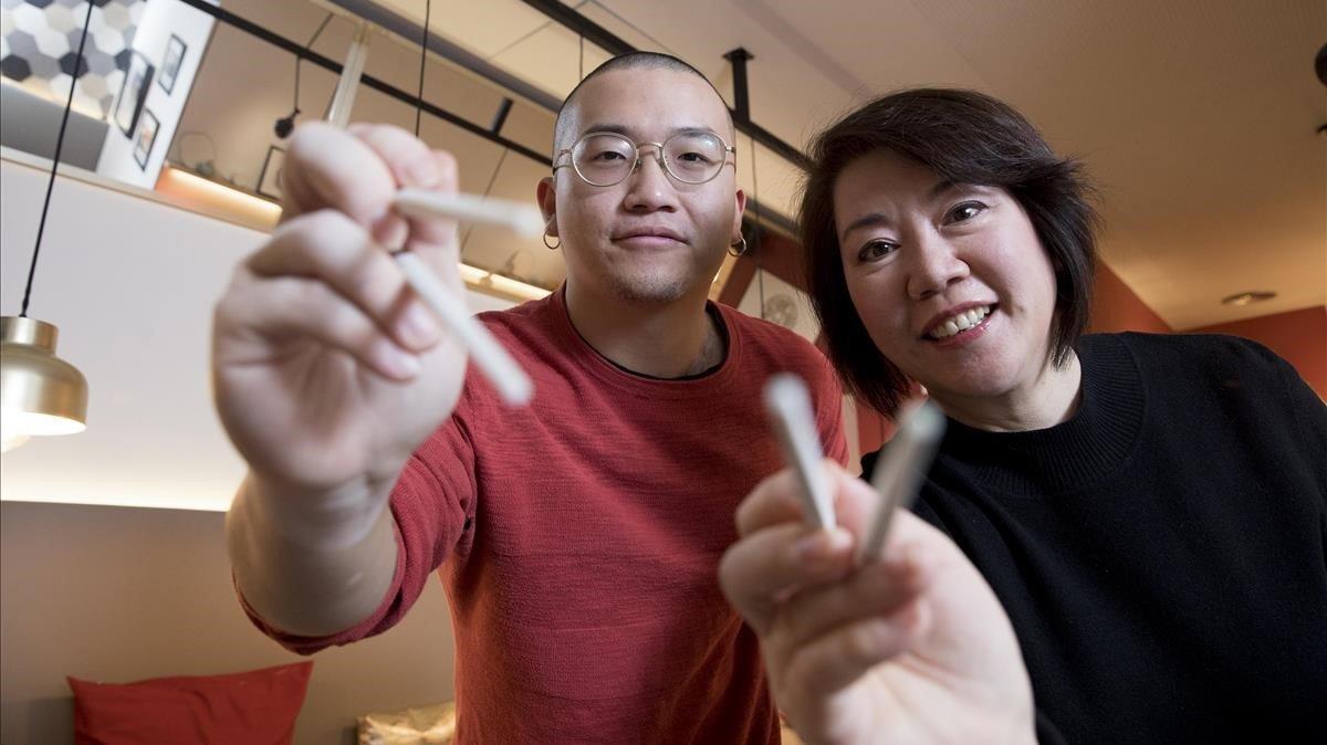 Sibo Ma y su madre, Wenyan Jia, en cuyas manos está la responsabilidad de las masas.