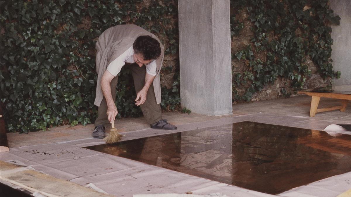 Antoni Tàpies preparando una plancha en Campins, en 1990.