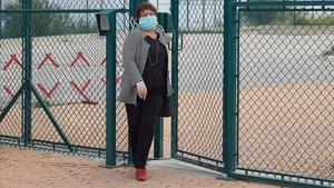 La exconsellera de Trabajo Dolors Bassa saliendo de la prision de Puig de les Basses en Figueres para trabajar en una entidad que presta servicios esenciales.