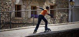 Un niño patina en el pueblo de Castellfort, en Castelló.