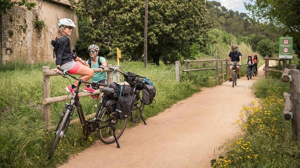Ciclistas en la Ruta del Carrilet, pasando porQuart.