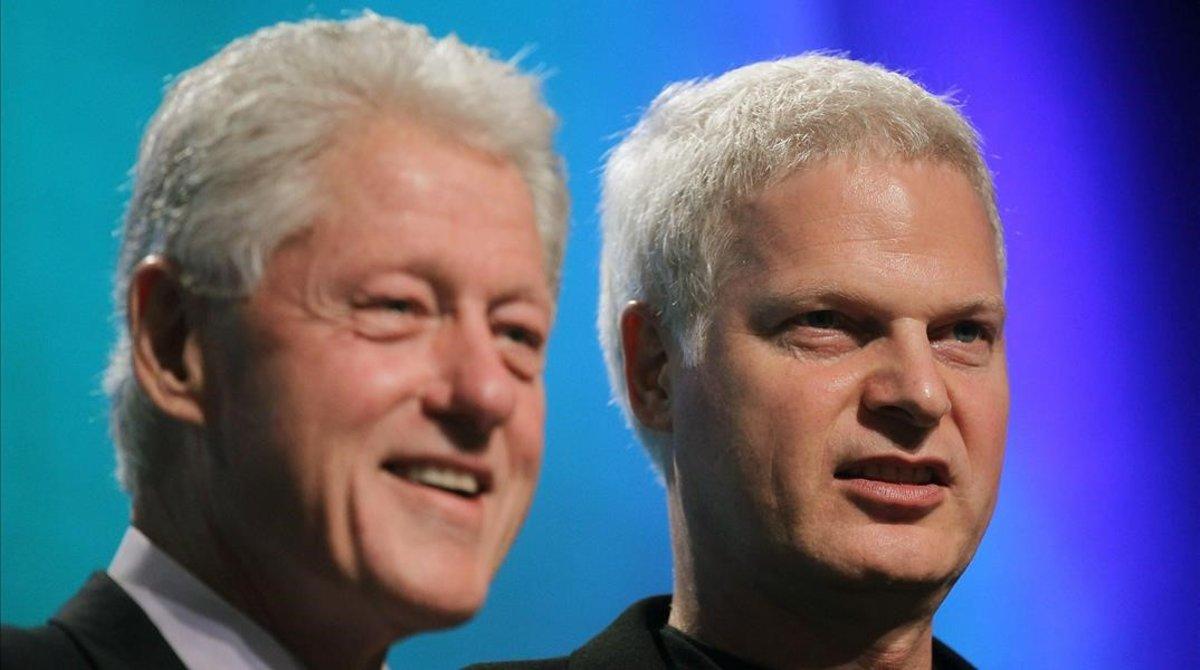 Steve Bing, junto al expresidente Bill Clinton, en una imagen del 2010.