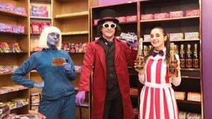 Clones de Willy Wonka y de una de las niñas de 'Charlie y la fábrica de chocolate', ayer, en la Woncandy Shop, en las Maldà. A la derecha,la empleada de la tienda enseña lasoda voladora.