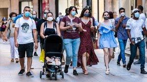 Transeúntes con mascarilla por el Carrer Major de Lleida, este lunes.
