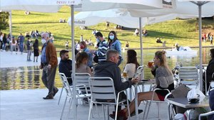 Varios ciudadanos toman su consumición en una terraza de Sabadell.