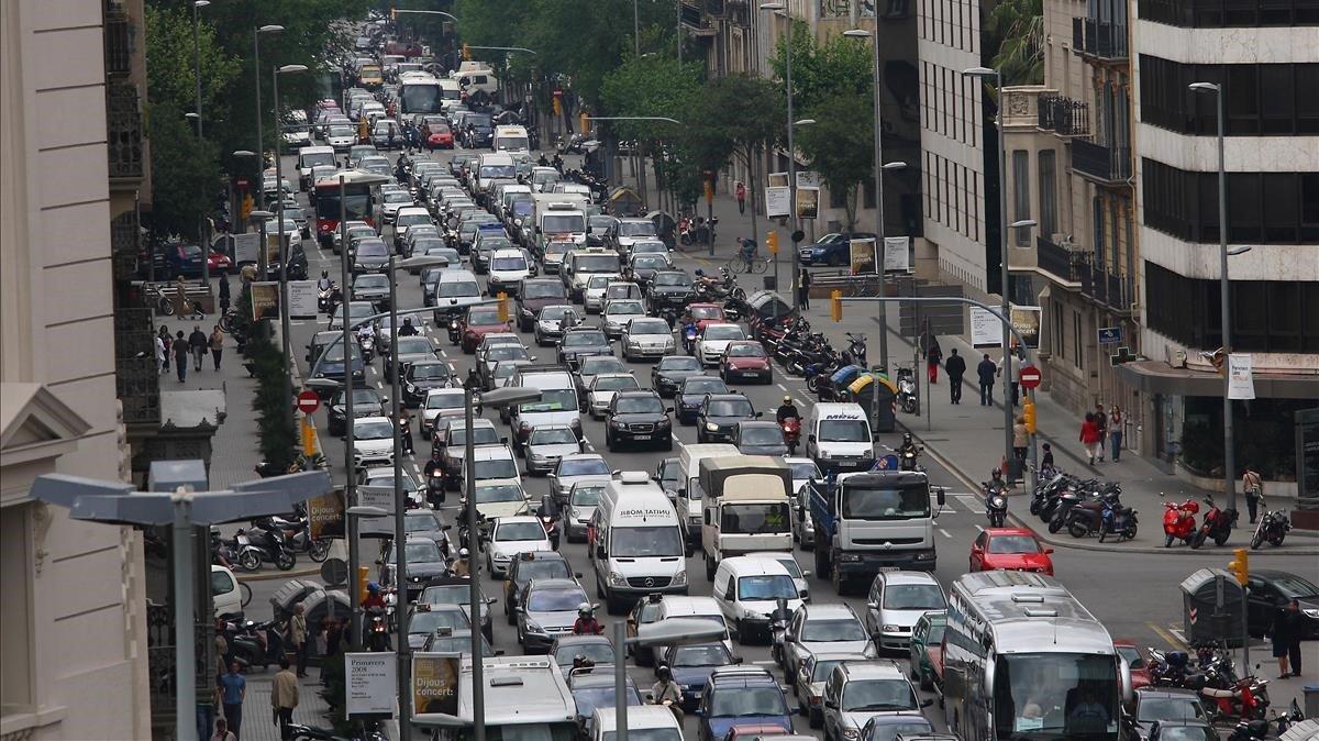 Colapso circulatorio en la calle de Aragó, en Barcelona.