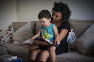 María Estepa i el seu fill Nicolás, en el sofà de su casa.