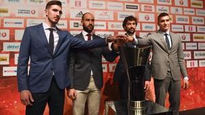 Nando de Colo (CSKA), Vassilis Spanoulis (Oympiacos), Sergio Llull (Real Madrid) y Bogdan Bogdanovic (Fenerbahçe), las estrellas de la final four, posan este jueves con la copa.