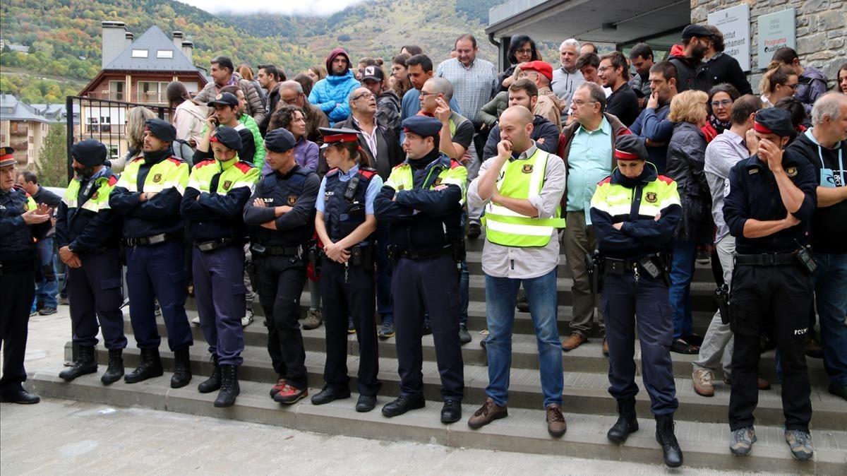 Agentes de los Mossos se han retirado, con lágrimas en los ojos, de un colegio electoral en Vielha.