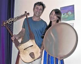 Artistas 8Yerko Lorva (con una lira tartésica) y Kuan Yin. en su casa.